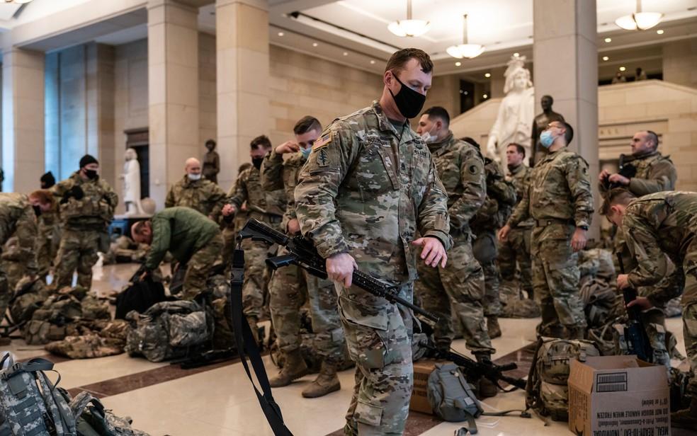 Membros da Guarda Nacional são vistos dentro do Capitólio, em Washington DC, durante o debate na Câmara sobre o impeachment do presidente Donald Trump, na quarta-feira (13) — Foto: AP Photo/J. Scott Applewhite