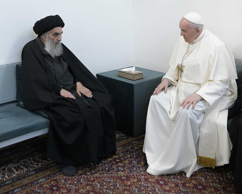 Papa Francisco se encontra com o principal clérigo xiita do Iraque, o grande aiatolá Ali al-Sistani, em Najaf, no Iraque — Foto: Vatican Media / AP Photo