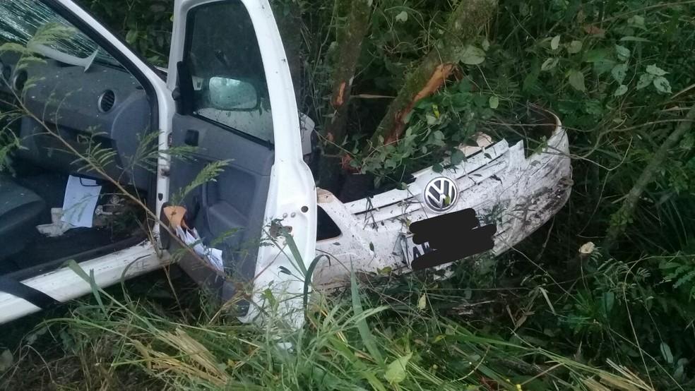 O motorista do veículo com placas de Altamira do Paraná foi socorrido e encaminhado para o pronto-socorro de Campina da Lagoa (Foto: PRE/Divulgação)
