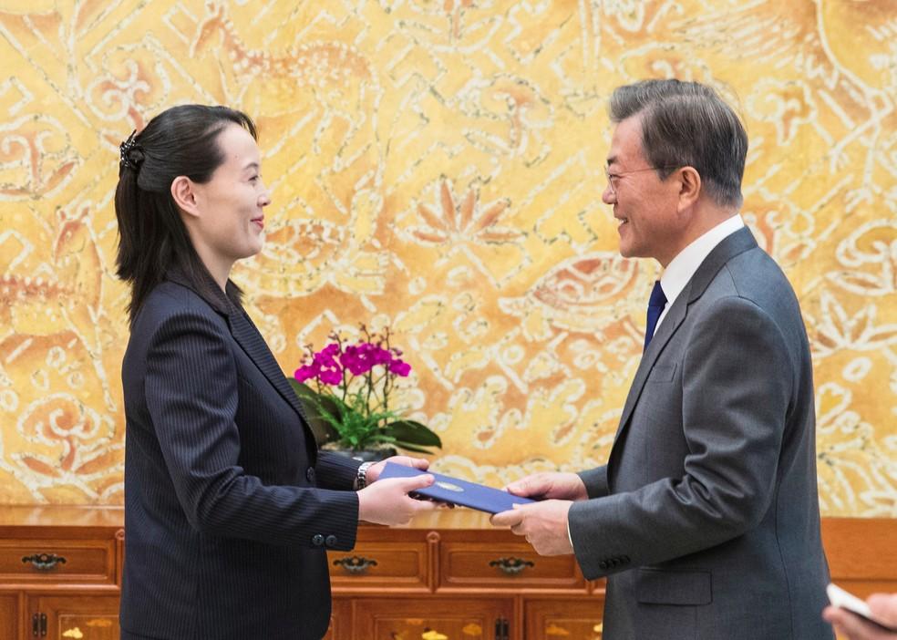 Irmã de Kim Jong Un, Kim Yo Jong, entrega carta assinada pelo líder norte-coreano ao presidente sul-coreano Moon Jae-in durante reunião em Seul (Foto: YONHAP / AFP)