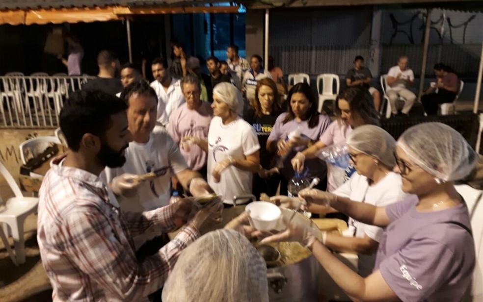 Voluntários distribuem alimentos para usuários de drogas em cracolândias no Entorno do Distrito Federal (Foto: Arquivo Pessoal/José Henrique França)