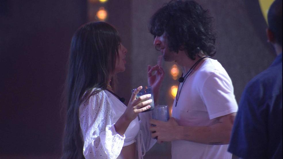 Fiuk e Thaís dão primeiro beijo durante festa no BBB21 — Foto: Globo