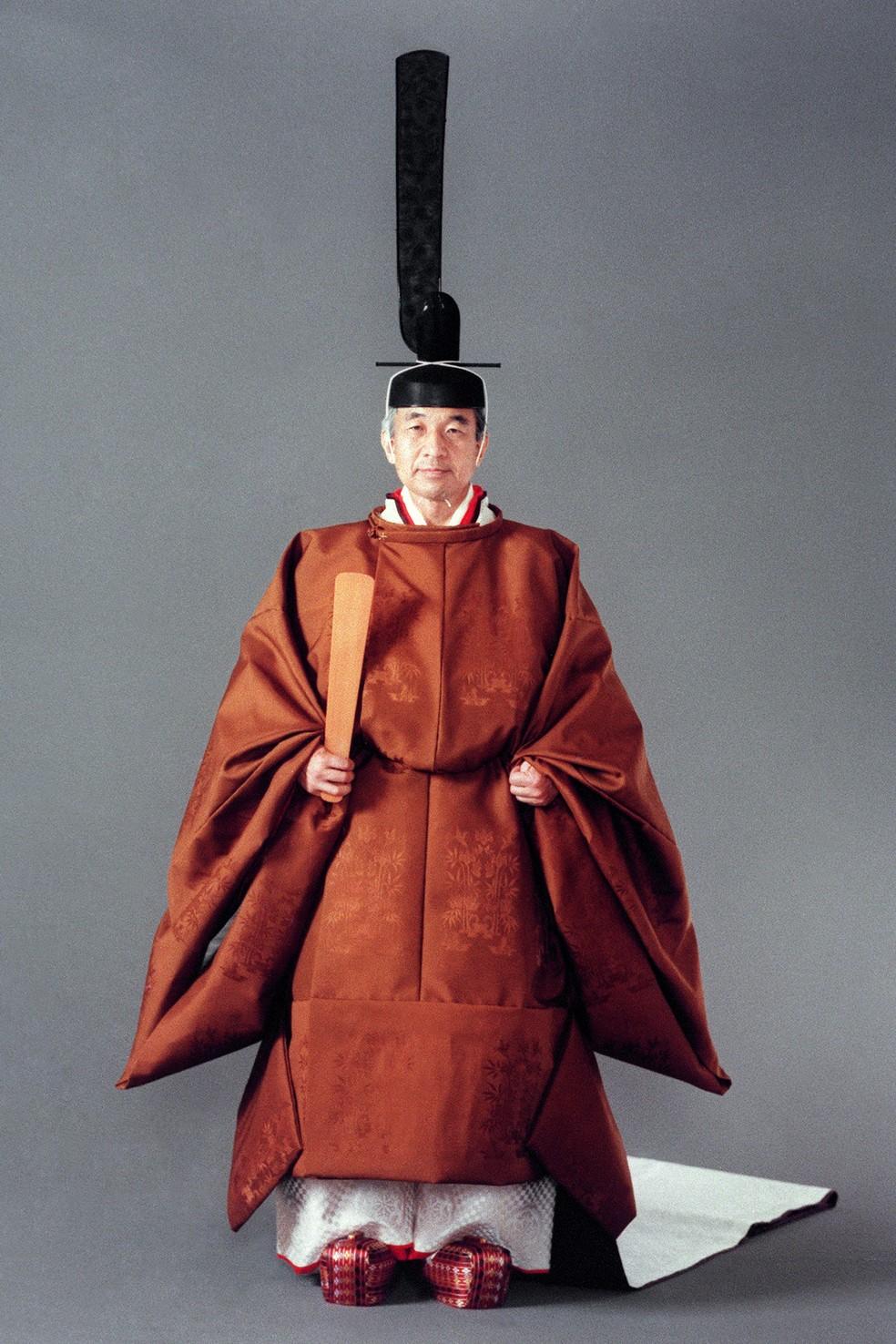 O imperador Akihito, com vestimenta cerimonial completa, antes de ser entronado em Tóquio. Ele reina desde 1989. — Foto: Handout / IMPERIAL HOUSEHOLD AGENCY / AFP