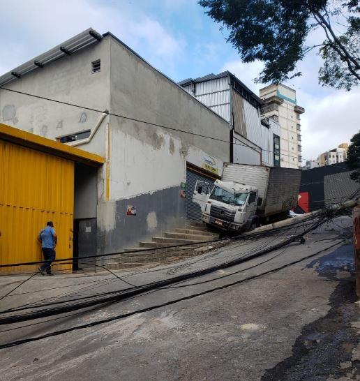 Acidente com caminhão derruba poste no bairro Sion, em BH