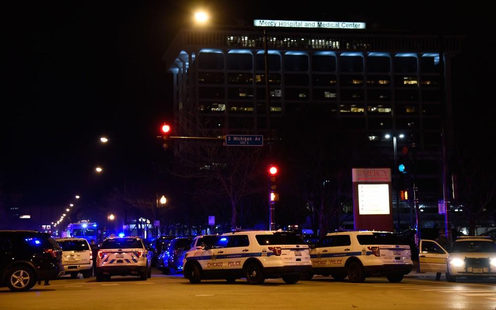 Viaturas são vistas em frente ao Mercy Hospital, em Chicago, após tiroteio na segunda-feira (19) — Foto: AP Photo/David Banks