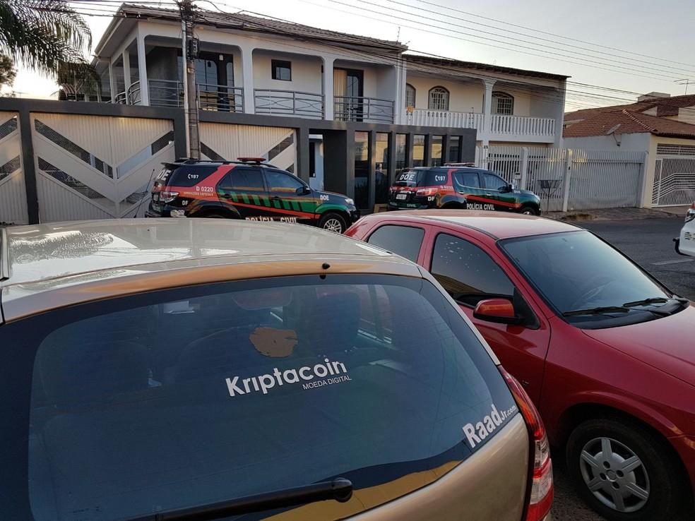 Polícia Civil cumpre mandado de prisão e busca e apreensão na casa de um dos donos da Kriptacoin, em Vicente Pires, no DF  (Foto: Lázaro Aluísio/TV Globo)