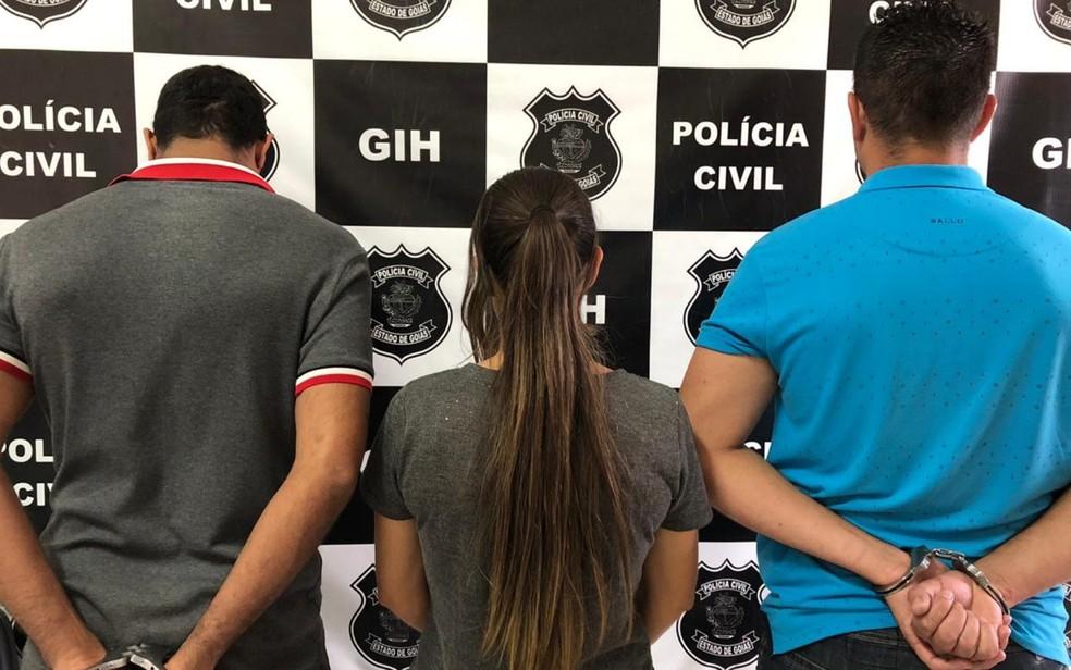 Mulher, ao centro, e primos dela que foram presos suspeitos de planejar e executar então marido da detida — Foto: Divulgação/Polícia Civil