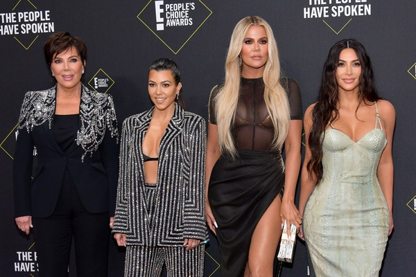 Kris Jenner, Kourtney Kardashian, Khloé Kardashian r Kim Kardashian no red carpet do E! Peoples Choice Awards 2019 (Foto: Getty Images)