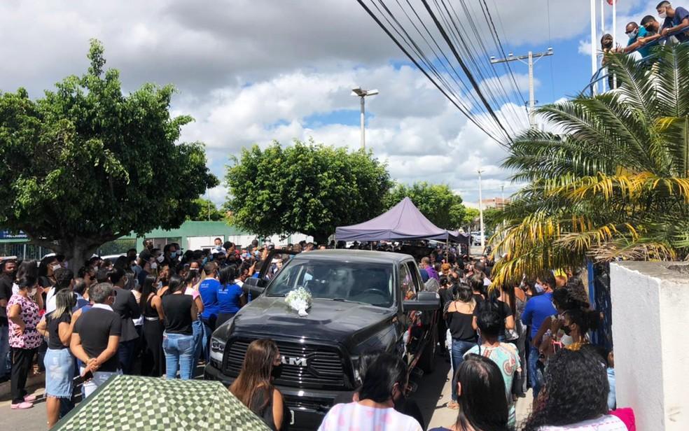 Multidão acompanhando cortejo em Araci, com corpo de médico morto na Bahia — Foto: Bruna Evangelho/TV Subaé