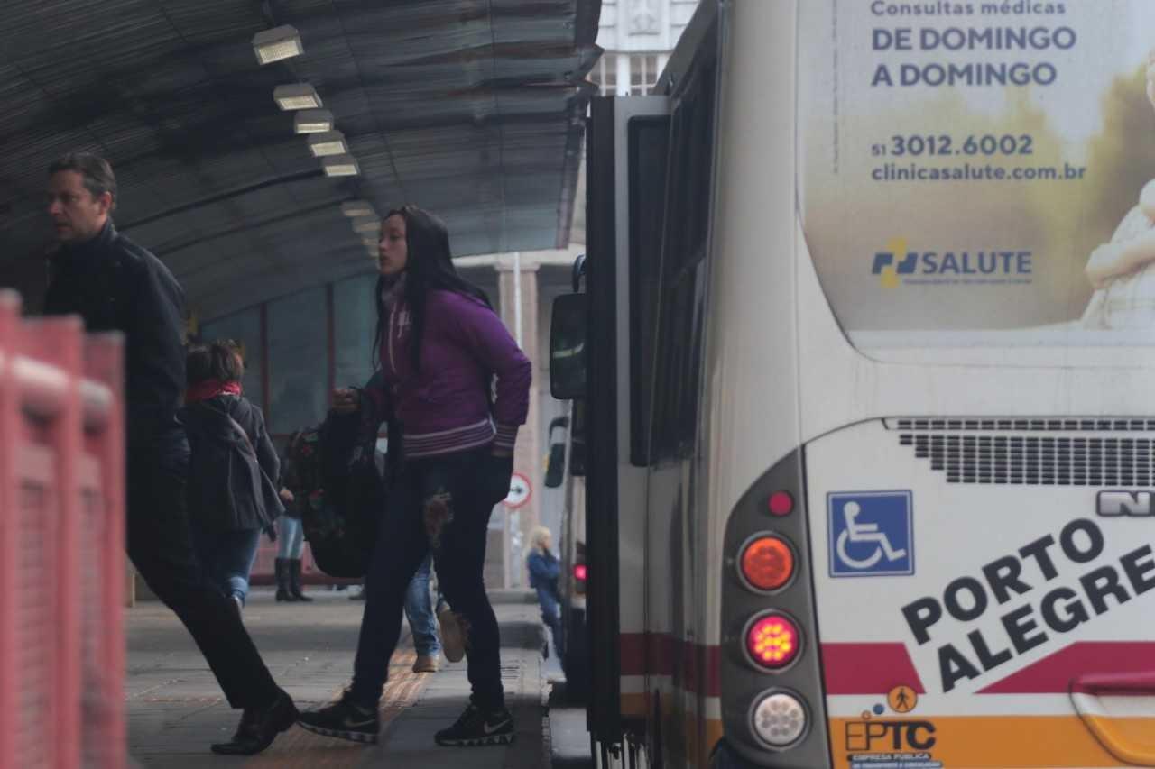 Com horário reduzido, ônibus voltam a circular em Porto Alegre nesta segunda-feira