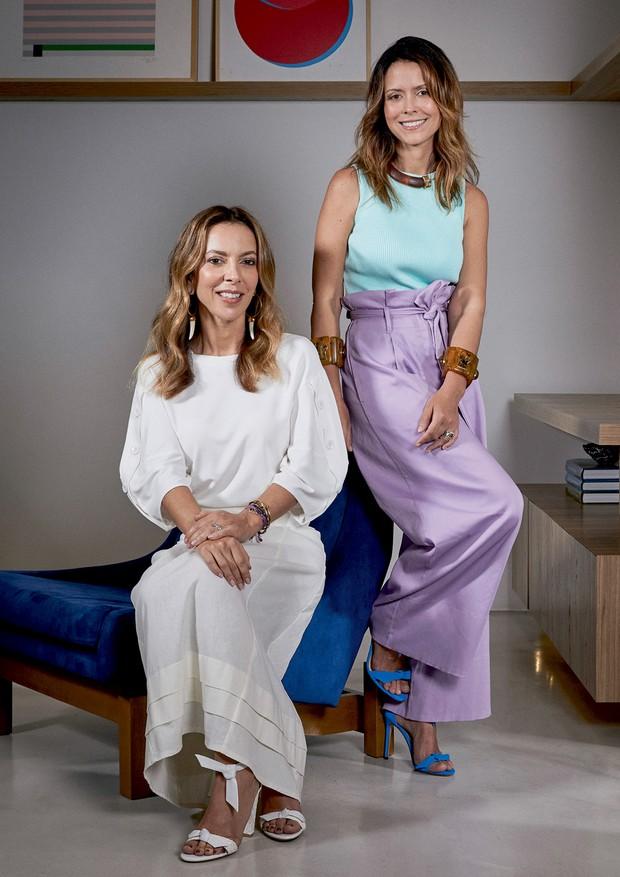 À esquerda, Karina Sterenberg usa top (R$ 395) e saia (R$ 698). À direita, a amiga Natasha Novis veste top (R$ 377) e calça (R$ 674), tudo da marca própria da Ka Store. Sandálias Alexandre Birman (Foto: Pedro Loreto)