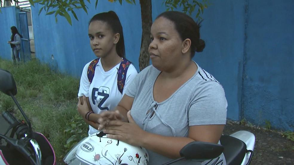 Maria Eduarda Gomes da Silva e mãe estão indignadas com a situação da merenda de Porto Ferreira (Foto: Reprodução/EPTV)