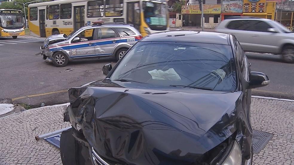 -  Viatura e carro de passeio colidem em cruzamento, em Belém  Foto: Reprodução/TV Liberal