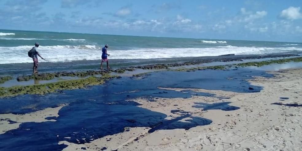 Mancha de óleo é vista em praia vizinha à foz do Rio São Francisco  — Foto: Simone Santos/Projeto Praia Limpa