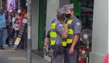 PM aponta arma para o rosto de colega policial após discussão no Centro de SP; veja vídeos