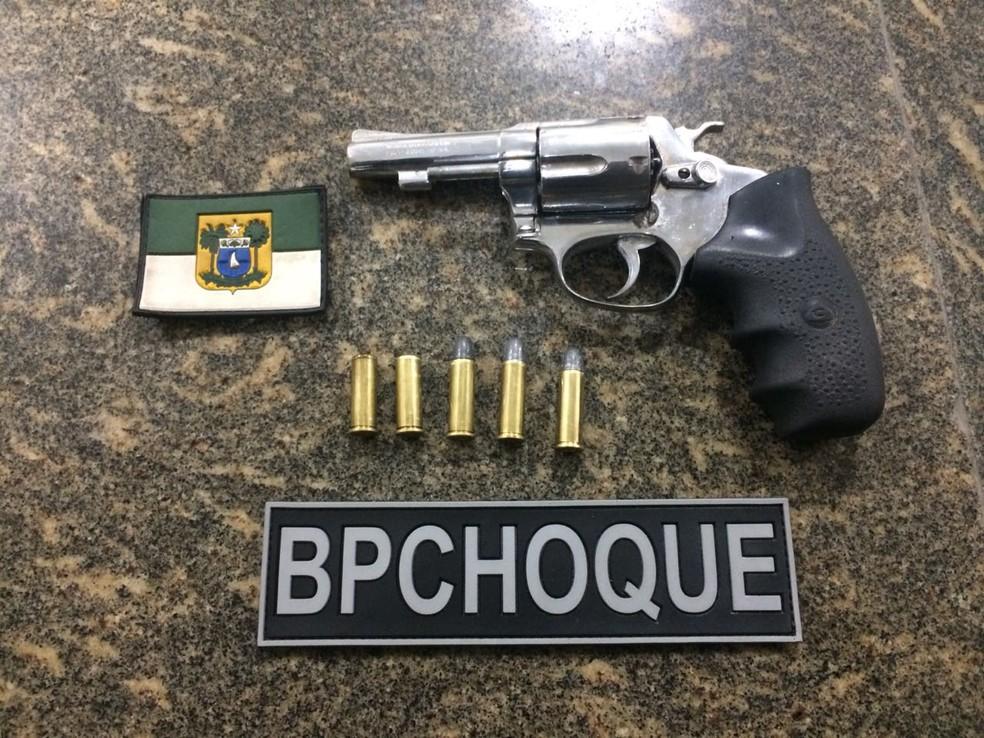 Revólver e munições apreendidos pela PM na ação (Foto: Polícia Militar/Divulgação)