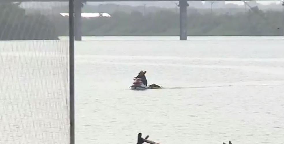 Populares encontram corpo boiando na Baía de São Marcos, em São Luís. — Foto: Reprodução/TV Mirante.