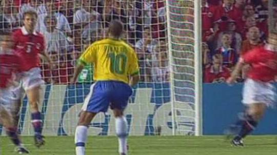 """Com gol do meio-campo e Ronaldo de técnico, brasileiros vencem """"revanche"""" de 98"""