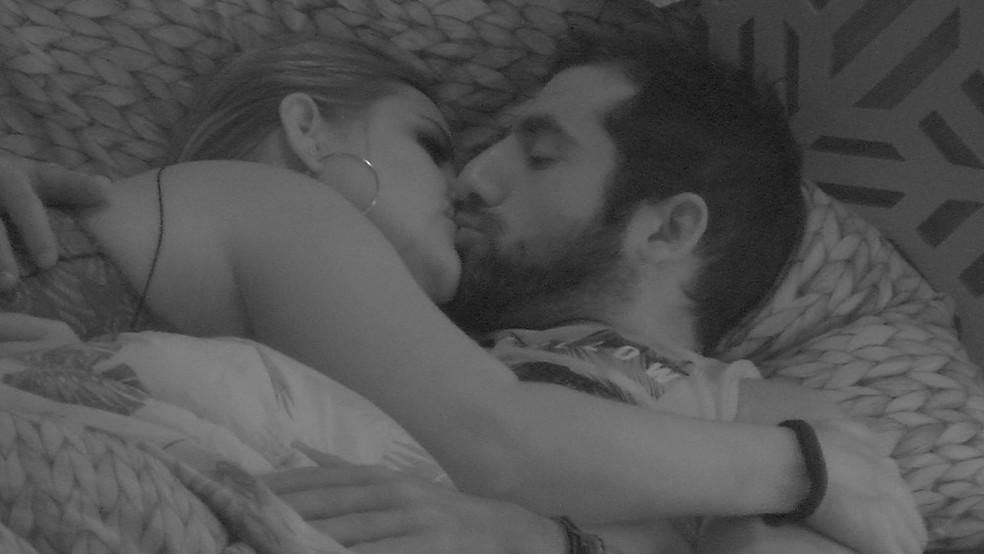 Patrícia e Kaysar dão um selinho (Foto: Reprodução TV Globo)