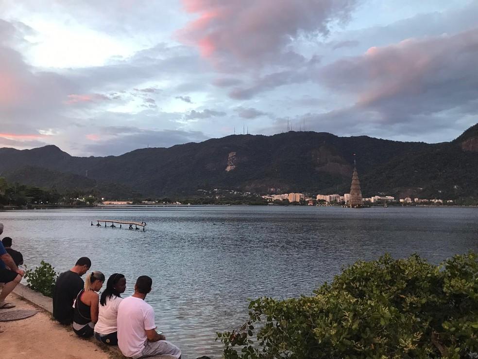 Público sentado esperando o acendimento da árvore da Lagoa na noite de sábado (1°) — Foto: Henrique Coelho/G1