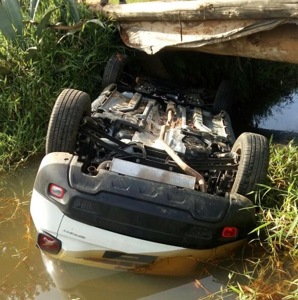 Veículo caiu em córrego após motorista perder o controle da direção em Muzaminho (MG) (Foto: Redes sociais)