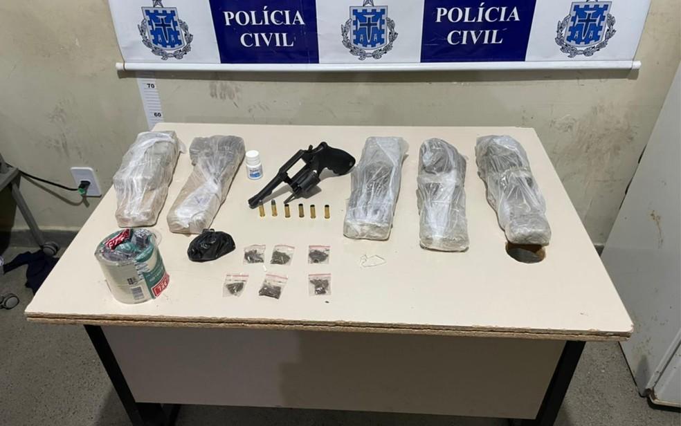 Foram encontrados 10 quilos de maconha, porções de cocaína, um revólver calibre 38 e munições. — Foto: Divulgação / Secretaria de Segurança Pública da Bahia (SSP-BA)