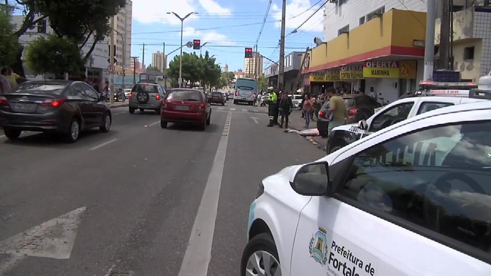 Ex-policial foi atropelado por um ônibus na Av. Domingos Olímpio (Foto: Reprodução/TVM)
