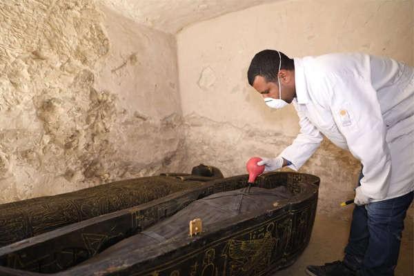 Dois sarcófagos de madeira encontrados em nova escavação (Foto: Egyptian Ministry of Antiquities)