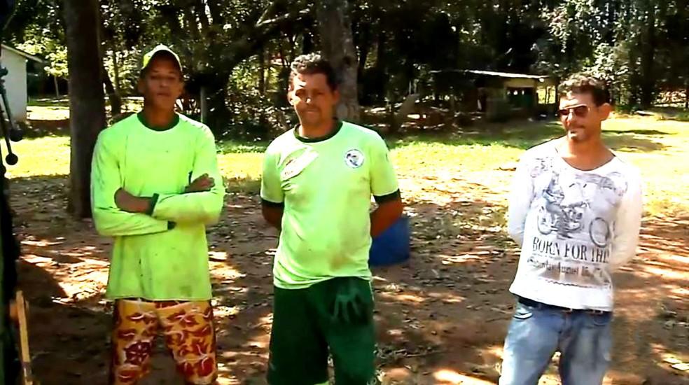 A equipe da coleta de lixo que recolheu o saco com R$ 70 mil ajudou o empresário a achar a bolada no aterro sanitário (Foto: TV TEM/Reprodução)