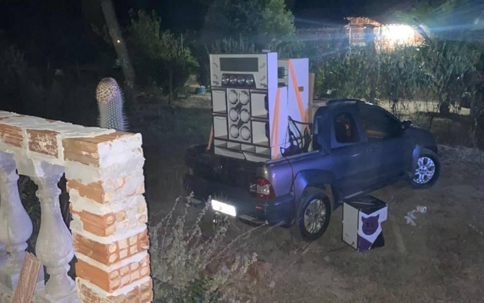 Polícia encerra festa 'paredão' com cerca de 100 pessoas em Brumado; três foram levadas a delegacia