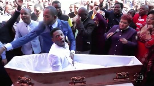Pastor sul-africano que simulou ter feito uma ressurreição é processado