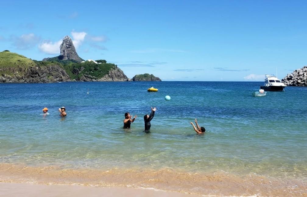 No primeiro domingo de praias liberadas, moradores de Fernando de Noronha aproveitam o mar
