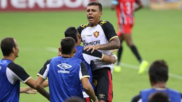 Vinícius Popó fez o terceiro gol do Sport sobre o Vera Cruz