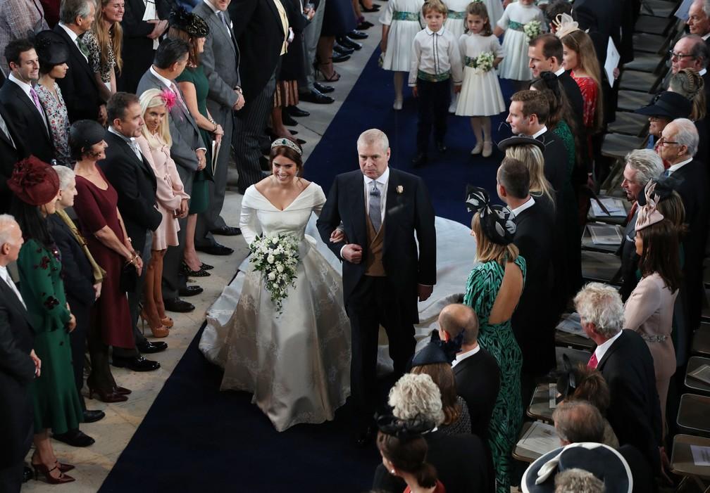 A princesa Eugenie chega ao altar da capela de São Jorge acompanhada de seu pai, o príncipe Andrew, duque de York — Foto: Yui Mok / POOL / AFP