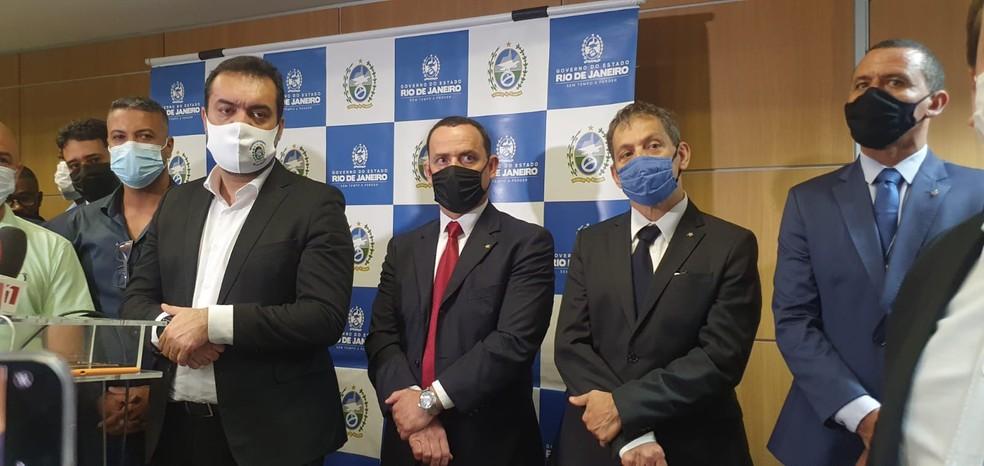 Cláudio Castro (primeiro de paletó escuro, à esquerda) recebeu o secretário da Polícia Civil Allan Turnowski (de gravata vermelha) e vereadores para debater assassinato de políticos na Baixada — Foto: Elaine Santos/g1