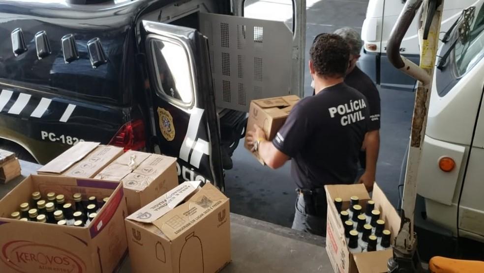 Frascos de azeite adulterados são apreendidos na Grande Vitória, no ES  — Foto: Divulgação/ PCES