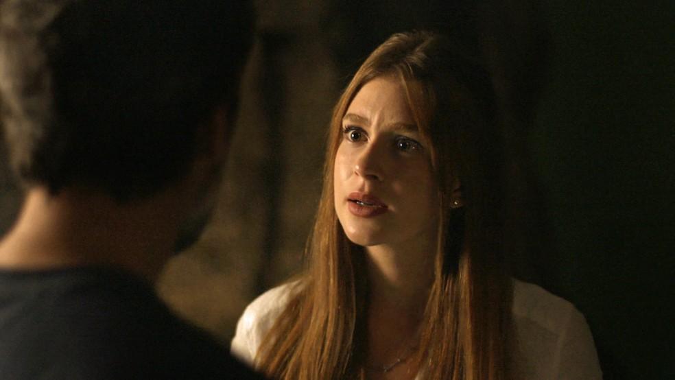 Luz (Marina Ruy Barbosa) diz a Gabriel (Bruno Gagliasso) que não vai guardar segredo sobre gruta, em 'O Sétimo Guardião' — Foto: TV Globo