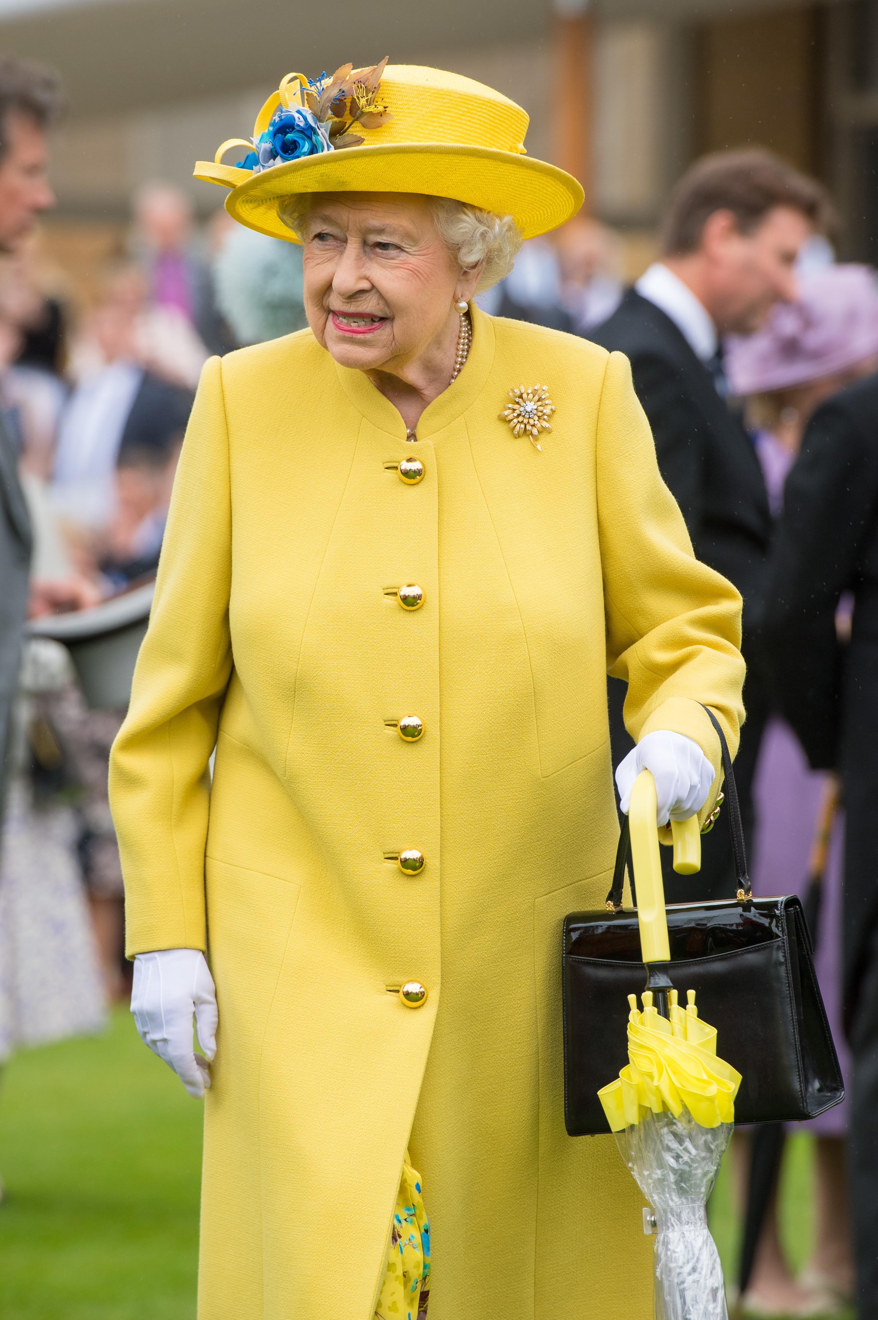 Rainha Elizabeth adoro usar tons vibrantes em seus looks (Foto: Getty Images)