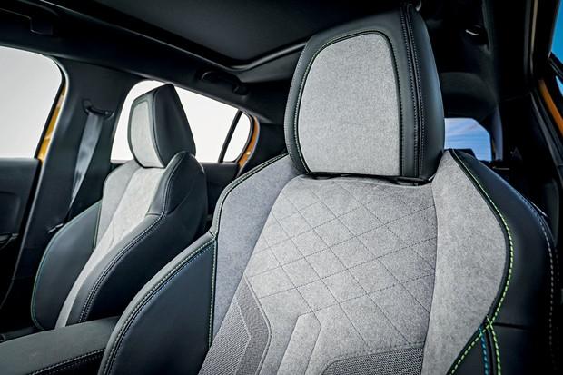 PEUGEOT e-208 GT - O interior tem revestimento de couro no painel e Alcantara nos bancos tipo concha (Foto: Rafael Munhoz)