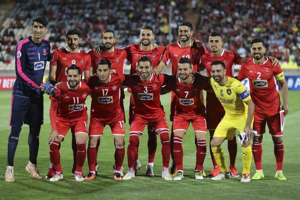 Xavi tira foto oficial com jogadores do Persepolis — Foto: Atta Kenare/AFP