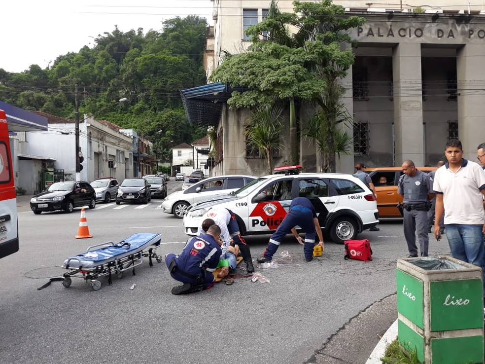 Homem é atropelado após ser jogado na frente de caminhão durante briga com travesti em Santos, SP — Foto: Carlos Nogueira/Jornal A Tribuna de Santos