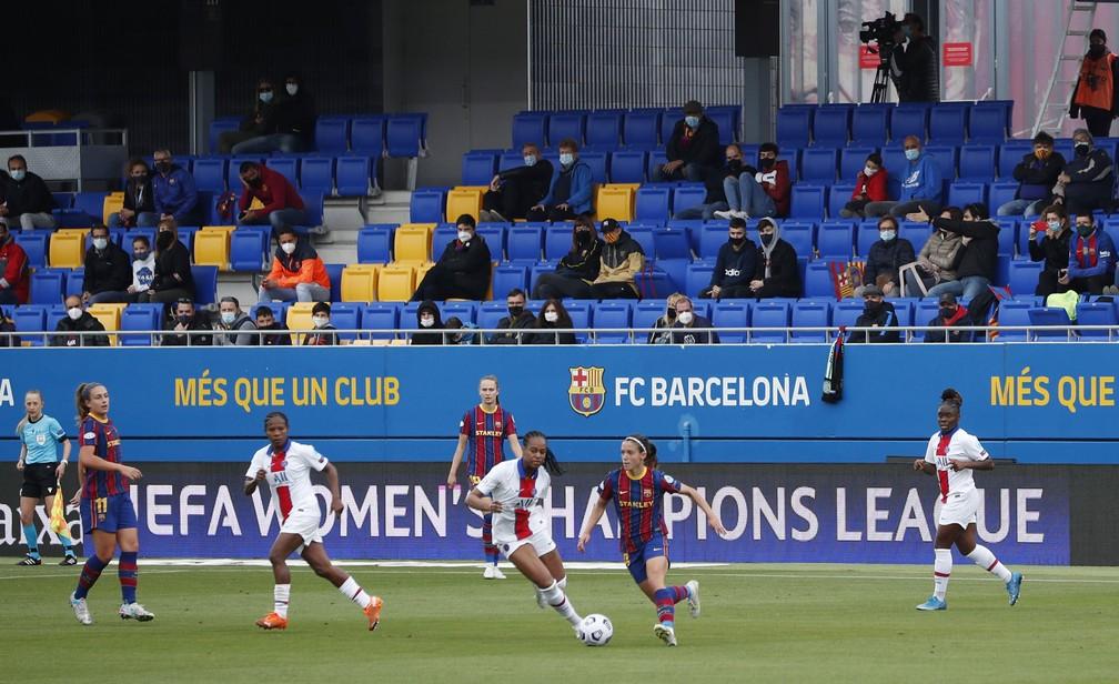 Formiga, segunda à esquerda, acompanha a jogada em Barcelona x PSG, na semifinal da Liga dos Campeões feminina — Foto: REUTERS/Albert Gea