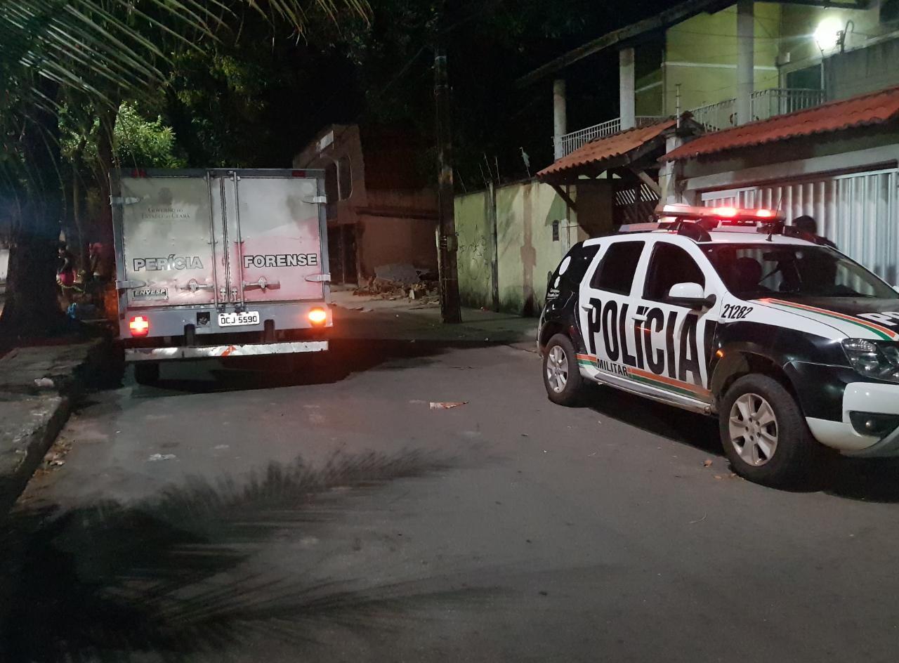 Homem é morto a tiros após parar em telefone público para ligar para namorada, em Fortaleza