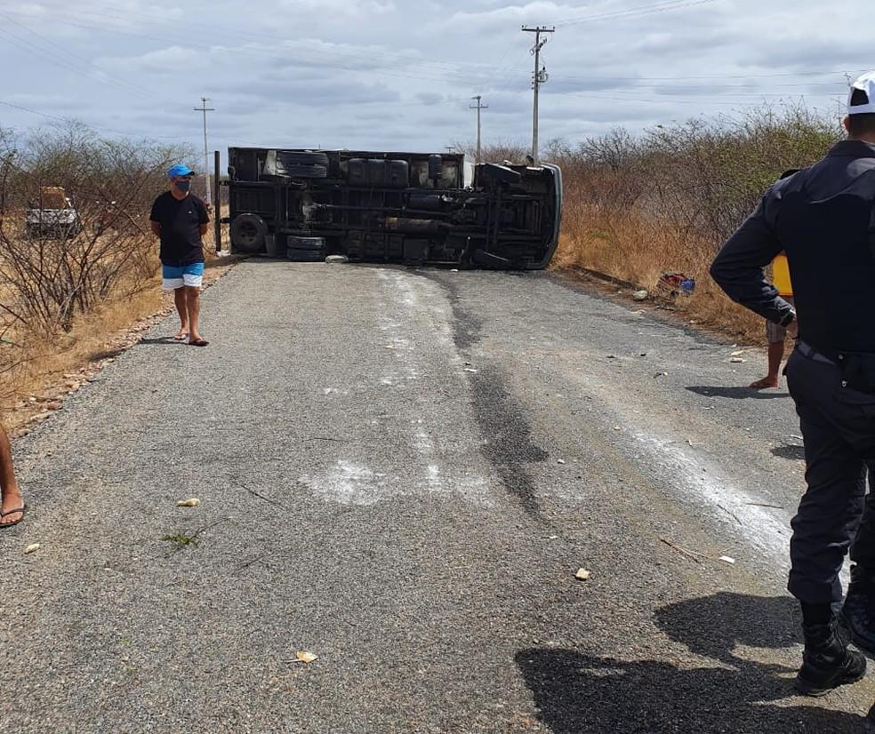 Caminhão se arrastou por metros até parar completamente — Foto: CPRE/Divulgação