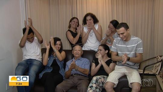 Aposentado de Goiânia com 38 netos e 36 bisnetos ganha perfil na web para registrar viagens pelo mundo: 'Muito amor'
