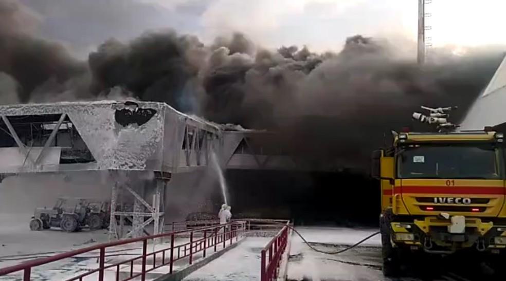 Ponte de embarque do Aeroporto Internacional Marechal Hugo da Cunha Machado, em São Luís, é atingida pelas chamas. — Foto: Reprodução/Redes sociais