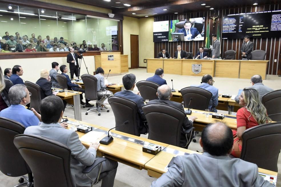 Devolução das sobras dos poderes para o Executivo divide deputados ...