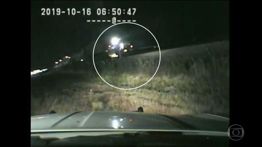 Nos EUA, policial arrisca a própria vida ao evitar que homem fosse atropelado por trem