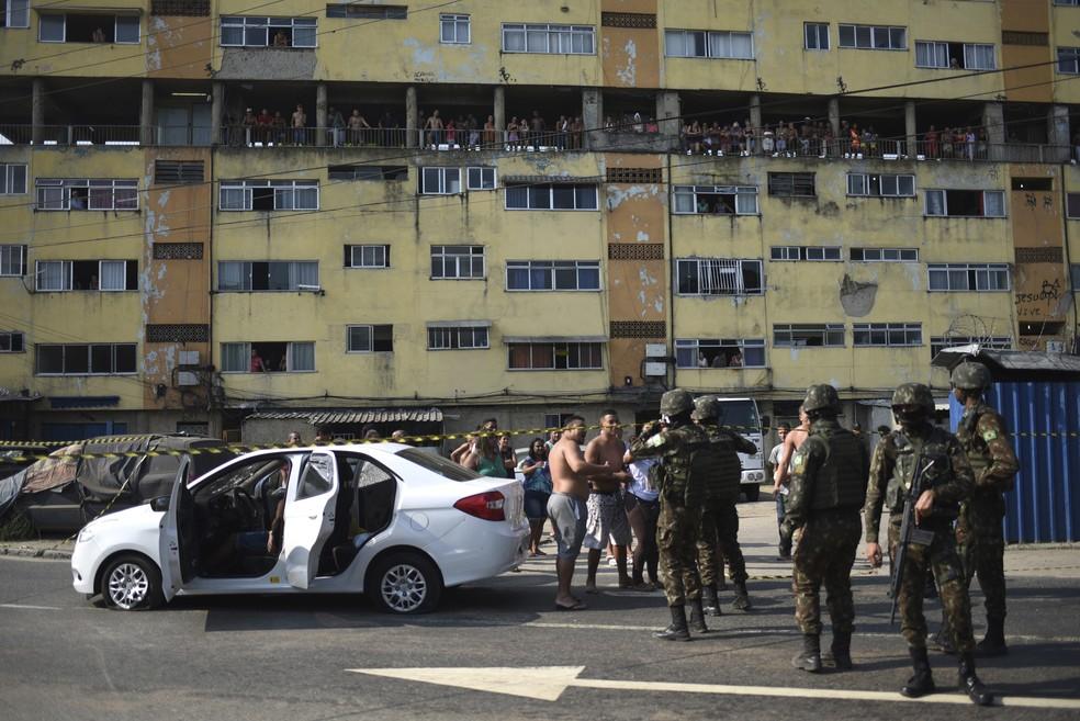 Carro fuzilado pelo Exército em Guadalupe — Foto: Fábio Teixeira/AP