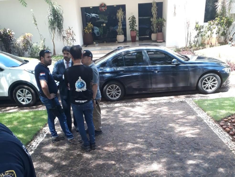 Secretaria Nacional de Inteligência do Paraguai divulgou imagens do momento em que a Interpol cerca a casa de Bruno Farina, no Paraná Country Club — Foto: Reprodução/Twitter/@sni_paraguay